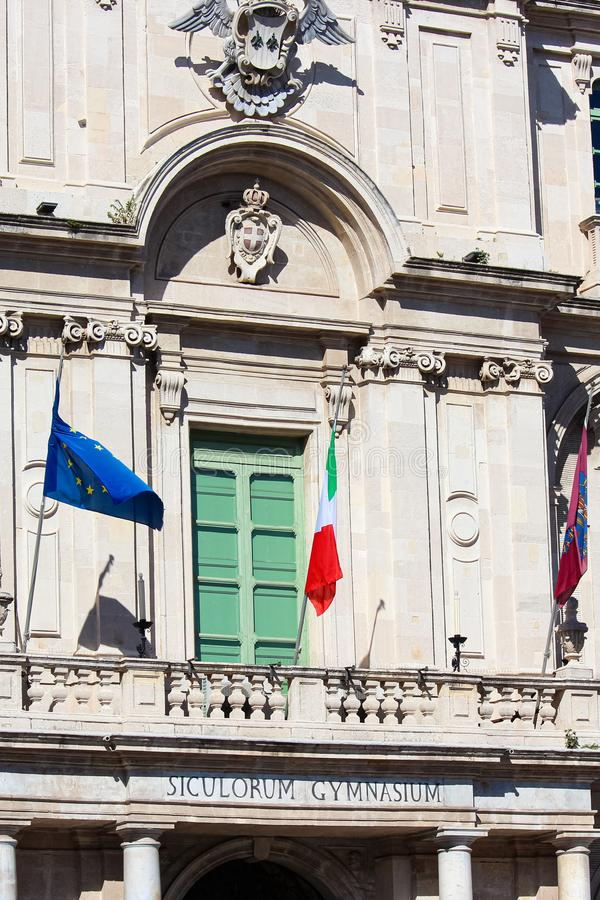 Κάθετη φωτογραφία λεπτομέρειας που συλλαμβάνει την εξωτερική πρόσοψη μπροστινής πλευράς του ιστορικού πανεπιστημίου στην Κατάνια, στοκ εικόνα