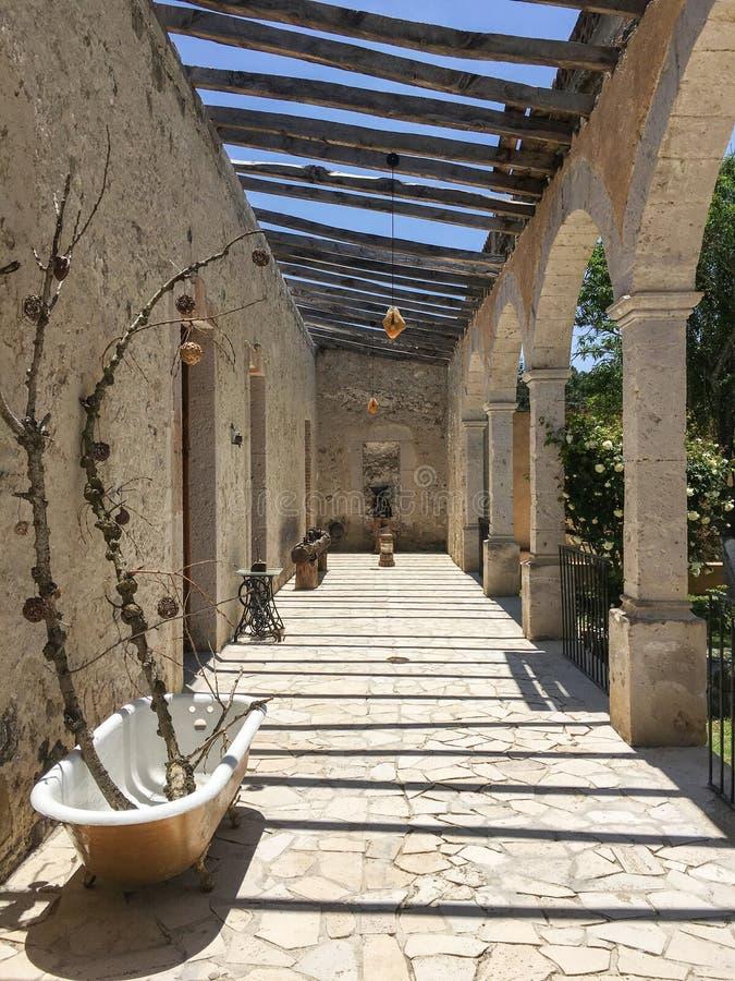 Κάθετη φωτογραφία μιας αίθουσας σε ένα μεξικάνικο hacienda στοκ εικόνες