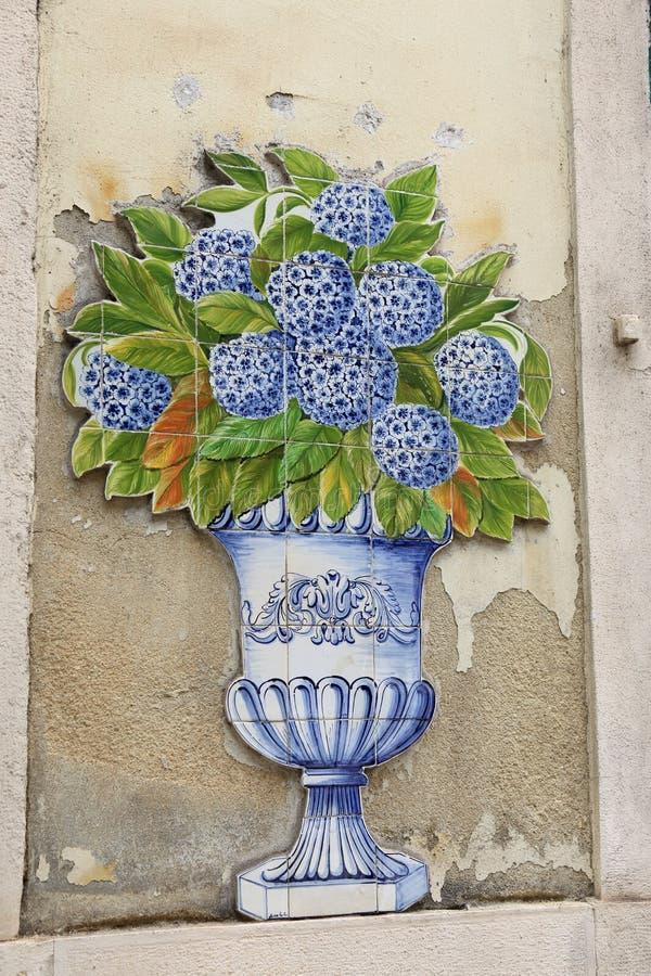 Κάθετη φωτογραφία των μπλε και άσπρων παραδοσιακών διακοσμητικών χρωματισμένων κεραμιδιών στοκ εικόνα