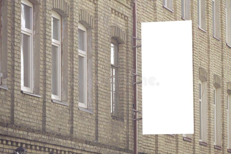 Κάθετη χλεύη πινακίδων επάνω Κενός πίνακας διαφημίσεων υπαίθρια, υπαίθρια διαφήμιση, πίνακας δημόσια πληροφορίας στον τοίχο στοκ εικόνες με δικαίωμα ελεύθερης χρήσης