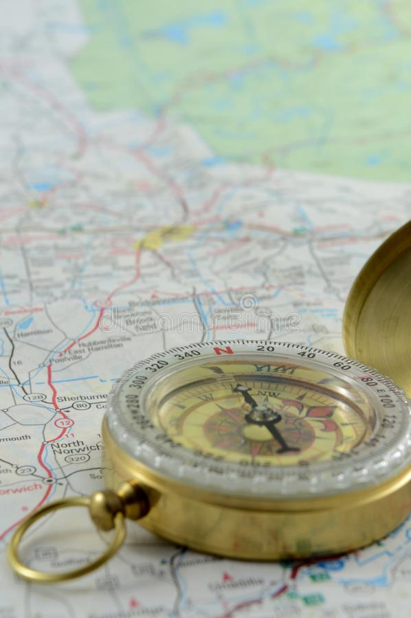 Κάθετοι πυξίδα και χάρτης στοκ φωτογραφίες με δικαίωμα ελεύθερης χρήσης