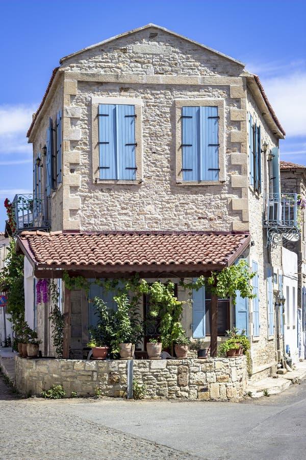 Κάθετος βλαστός του μεσογειακού σπιτιού τεκτονικών κάτω από το φωτεινό ήλιο στοκ εικόνες