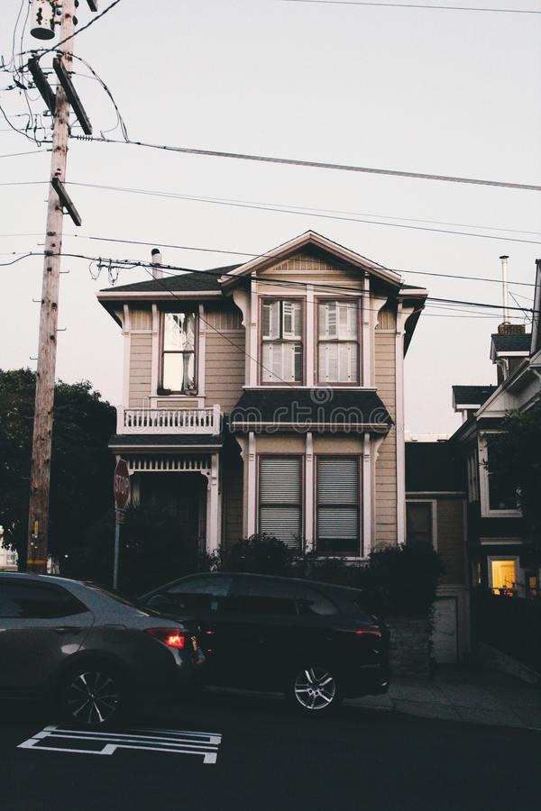 Κάθετος πυροβολισμός ενός καφετιού ξύλινου σπιτιού στην πλευρά της οδού στο Σαν Φρανσίσκο, ΗΠΑ στοκ φωτογραφία με δικαίωμα ελεύθερης χρήσης