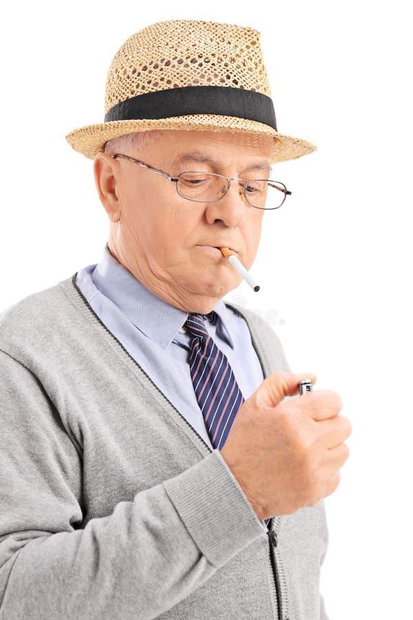 Κάθετος πυροβολισμός ενός ανώτερου φωτισμού επάνω ένα τσιγάρο στοκ φωτογραφία