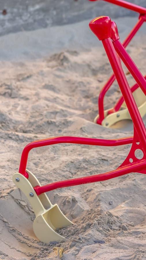 Κάθετος στενός επάνω των digger παιχνιδιών άμμου κατασκευής για τα παιδιά σε μια παιδική χαρά στοκ φωτογραφία με δικαίωμα ελεύθερης χρήσης