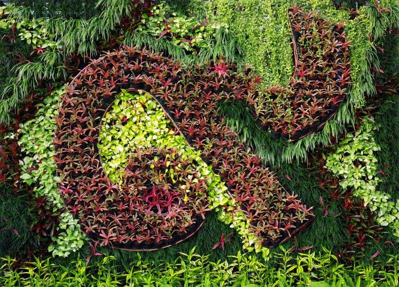Κάθετο ντεκόρ κήπων που μίγματα με τη φύση στοκ φωτογραφία με δικαίωμα ελεύθερης χρήσης