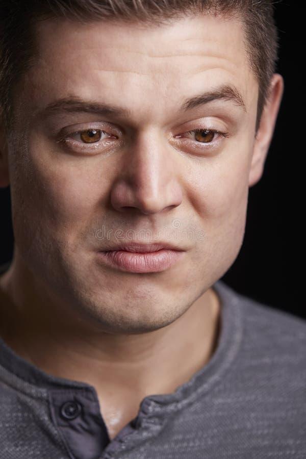 Κάθετο πορτρέτο του φωνάζοντας νέου λευκού που κοιτάζει κάτω στοκ εικόνα με δικαίωμα ελεύθερης χρήσης