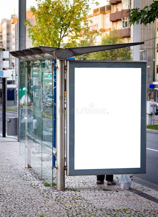 Κάθετο πρότυπο διαφημίσεων στάσεων λεωφορείου Οδός, ημέρα Αναμονή ανθρώπων διάστημα αντιγράφων στοκ φωτογραφίες με δικαίωμα ελεύθερης χρήσης