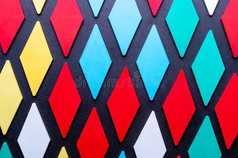 Κάθετο υπόβαθρο από ποικίλες μορφές σε ένα τηλεοπτικό σχέδιο διαμαντιών των διάφορων χρωμάτων στοκ εικόνες με δικαίωμα ελεύθερης χρήσης