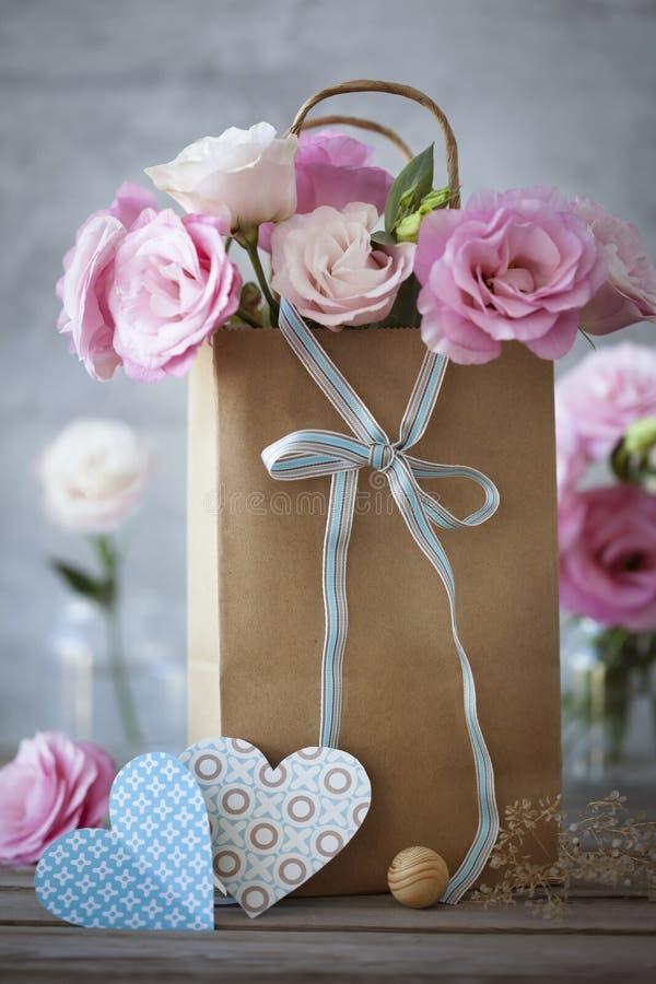 Κάθετο υπόβαθρο ημέρας βαλεντίνων του ST με τα λουλούδια, καρδιά εγγράφου στοκ φωτογραφία
