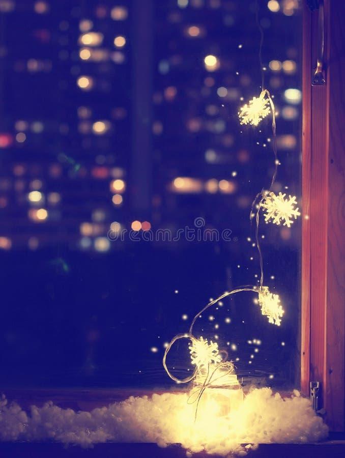 Κάθετο υπόβαθρο Χριστουγέννων, ελαφριά γιρλάντα με snowflakes στοκ φωτογραφία με δικαίωμα ελεύθερης χρήσης
