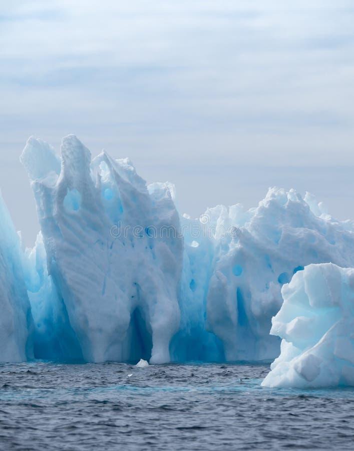 Κάθετο φως στο σκούρο μπλε παγόβουνο με τα παράθυρα στοκ φωτογραφία