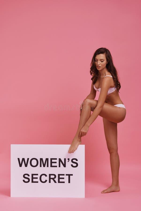 Κάθε γυναίκα είναι ένα μυστήριο Πλήρες μήκος της ελκυστικής νέας γυναίκας στοκ εικόνες