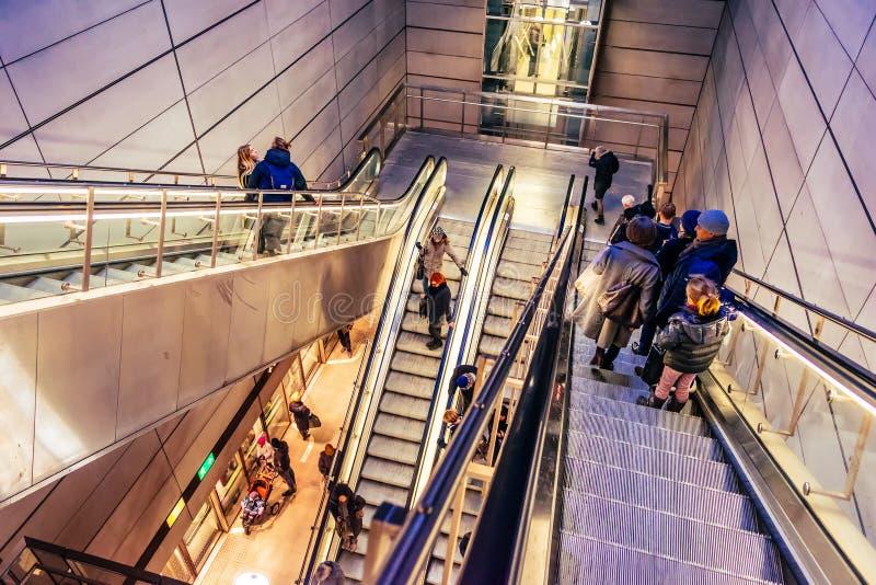 Κάθε μέρα οι άνθρωποι χρησιμοποιούν τις κυλιόμενες σκάλες στην Κοπεγχάγη, Δανία, για να πάνε κάτω στο σταθμό τρένου στοκ φωτογραφία