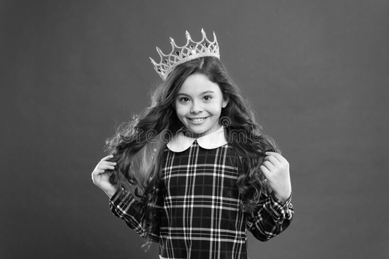 Κάθε να ονειρευτεί κοριτσιών γίνεται πριγκήπισσα Κυρία λίγη πριγκήπισσα Κόκκινο υπόβαθρο κορωνών ένδυσης κοριτσιών Χαλασμένη έννο στοκ εικόνες
