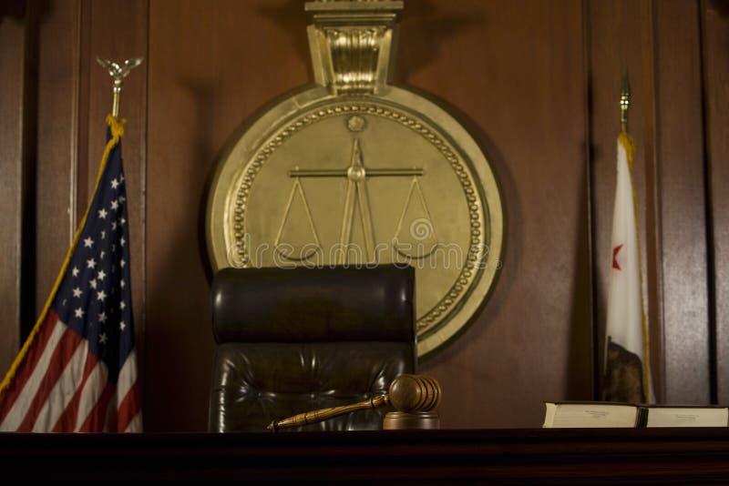 Κάθισμα δικαστή και Gavel στο δικαστήριο δωμάτιο στοκ φωτογραφίες