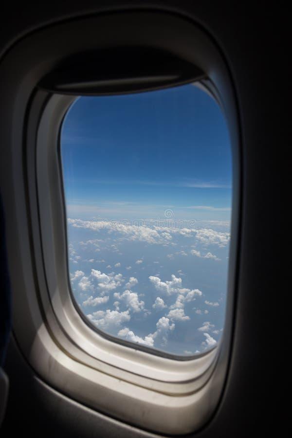Κάθισμα και παράθυρο αεροπλάνων μέσα σε ένα αεροσκάφος στοκ εικόνα