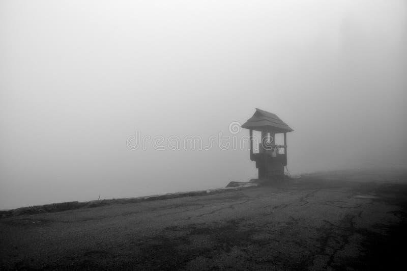 Κάθισμα κοντά στη μαύρη λίμνη στοκ εικόνα με δικαίωμα ελεύθερης χρήσης