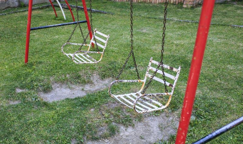 Κάθισμα ταλάντευσης σιδήρου σε ένα πάρκο στοκ εικόνες