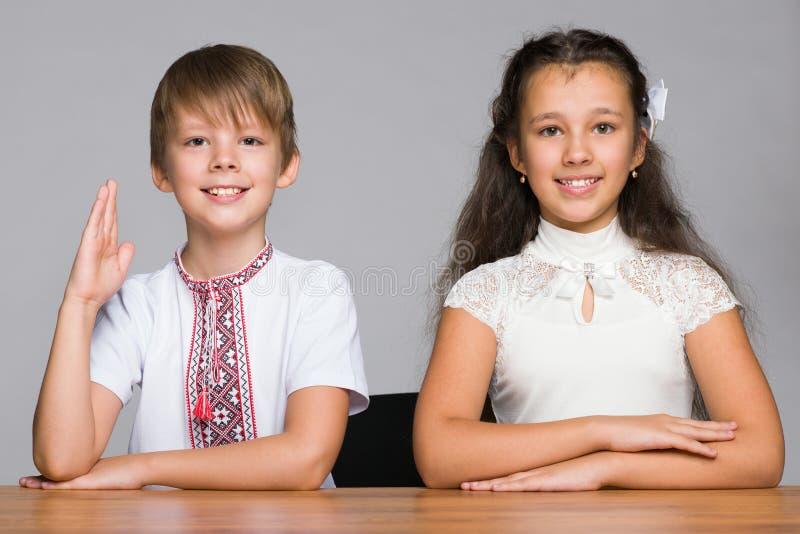 Κάθισμα δύο παιδιών στο γραφείο στοκ φωτογραφίες με δικαίωμα ελεύθερης χρήσης