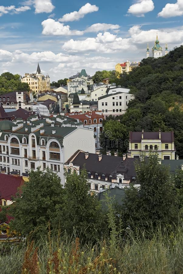 Κάθοδος Andriyivskyy με την εκκλησία Αγίου Andrew ` s σε Kyiv, Ουκρανία στοκ φωτογραφία με δικαίωμα ελεύθερης χρήσης