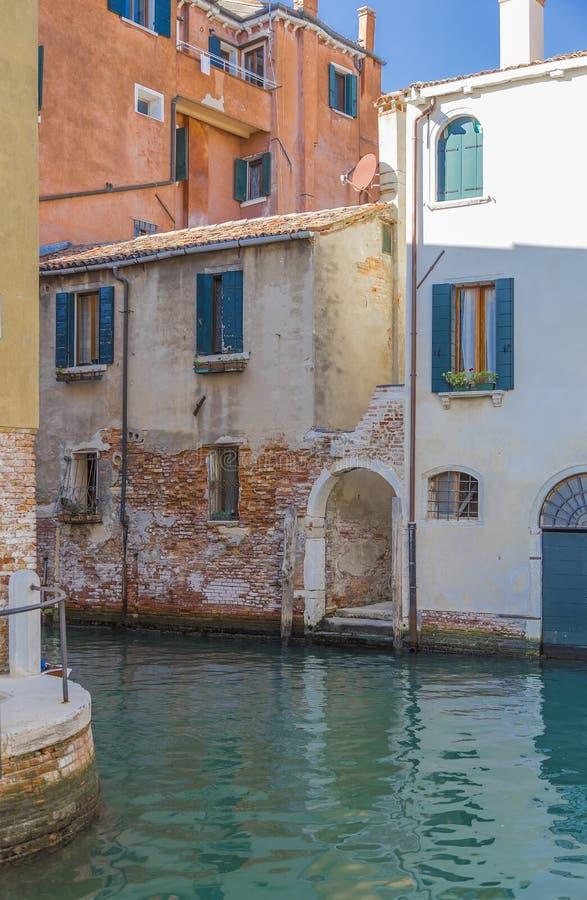 Κάθοδος στο κανάλι νερού στη Βενετία στοκ εικόνα με δικαίωμα ελεύθερης χρήσης