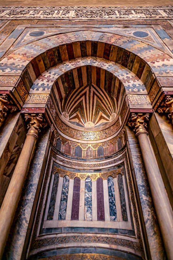 11/18/2018 Κάιρο, Αίγυπτος, απίστευτα όμορφος και εντυπωσιακός βωμός του μεγάλου αρχαίου μουσουλμανικού τεμένους με πολλά χρώματα στοκ φωτογραφία με δικαίωμα ελεύθερης χρήσης