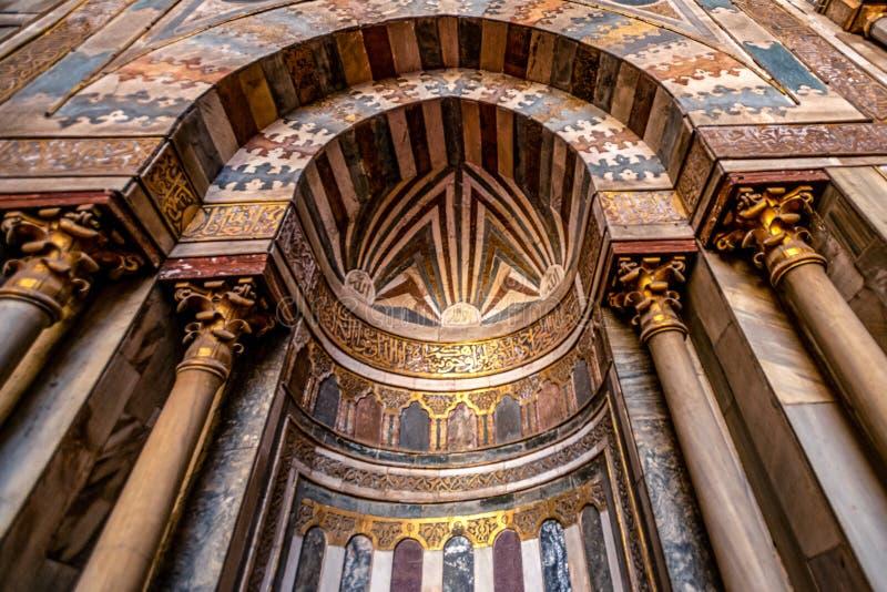 11/18/2018 Κάιρο, Αίγυπτος, απίστευτα όμορφος και εντυπωσιακός βωμός του μεγάλου αρχαίου μουσουλμανικού τεμένους με πολλά χρώματα στοκ φωτογραφίες
