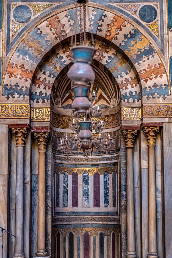 11/18/2018 Κάιρο, Αίγυπτος, απίστευτα όμορφος και εντυπωσιακός βωμός του μεγάλου αρχαίου μουσουλμανικού τεμένους με πολλά χρώματα στοκ φωτογραφίες με δικαίωμα ελεύθερης χρήσης