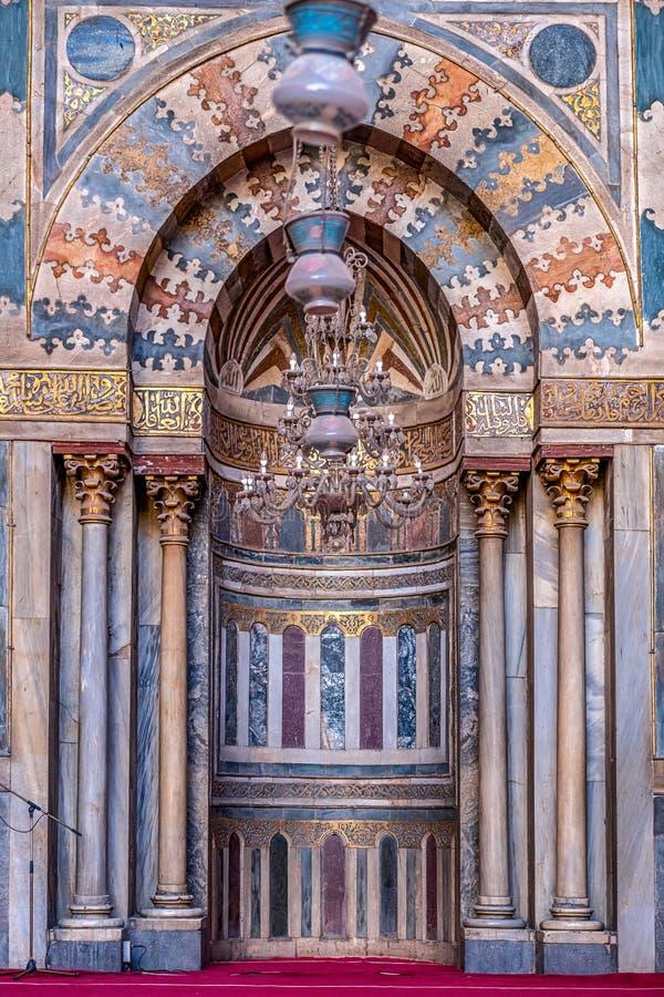 11/18/2018 Κάιρο, Αίγυπτος, απίστευτα όμορφος και εντυπωσιακός βωμός του μεγάλου αρχαίου μουσουλμανικού τεμένους με πολλά χρώματα στοκ εικόνα