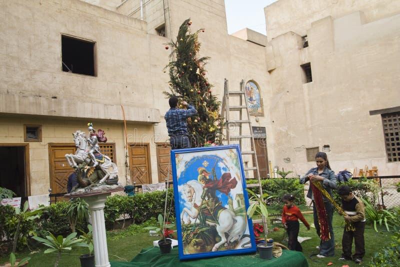 Κάιρο, Αίγυπτος - 21 Δεκεμβρίου 2006: Κοπτική οικογένεια που διακοσμεί το δέντρο στοκ εικόνες