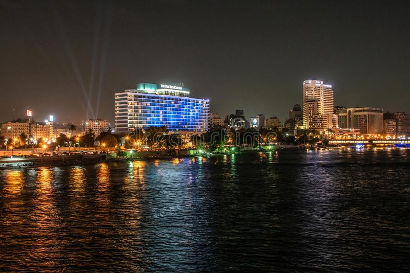 Κάιρο, Αίγυπτος - 25 05 2018 - Ορίζοντας του Καίρου που παρουσιάζει ξενοδοχείο του Νείλου Ritz Carlton που φωτίζεται τη νύχτα στοκ φωτογραφία με δικαίωμα ελεύθερης χρήσης