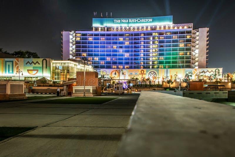 Κάιρο, Αίγυπτος - 25 05 2018 - Ορίζοντας του Καίρου που παρουσιάζει ξενοδοχείο του Νείλου Ritz Carlton που φωτίζεται τη νύχτα στοκ εικόνα με δικαίωμα ελεύθερης χρήσης