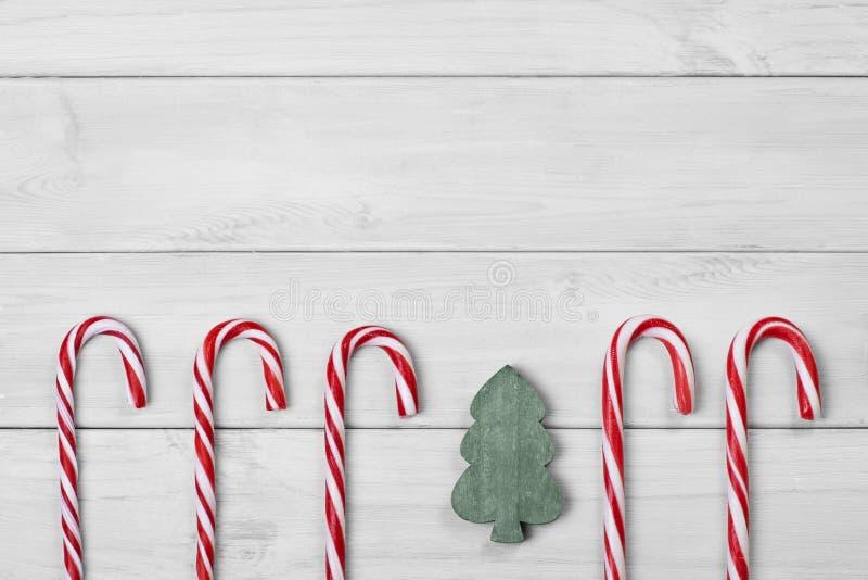 Κάλαμοι καραμελών Χριστουγέννων και χριστουγεννιάτικο δέντρο στο άσπρο ξύλινο υπόβαθρο στοκ φωτογραφίες με δικαίωμα ελεύθερης χρήσης