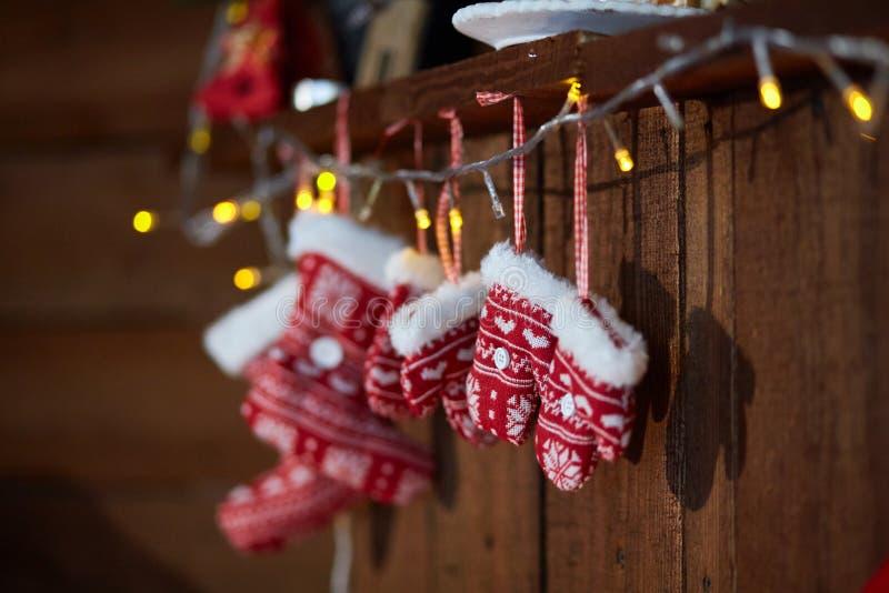Κάλτσες Χριστουγέννων και πλεκτά χειμώνας γάντια Με Snowflake και καρδιών τα κίνητρα στοκ εικόνες με δικαίωμα ελεύθερης χρήσης