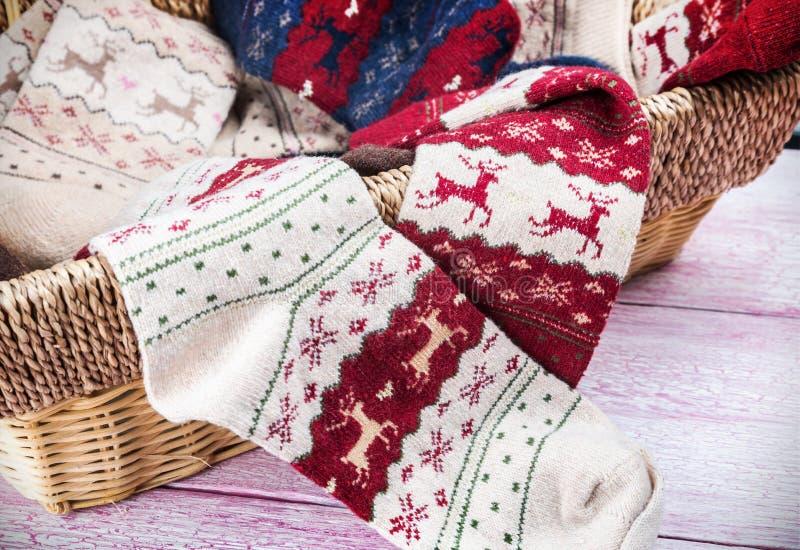Κάλτσες Χριστουγέννων με το διαφορετικές σχέδιο και τη διακόσμηση στοκ εικόνες με δικαίωμα ελεύθερης χρήσης