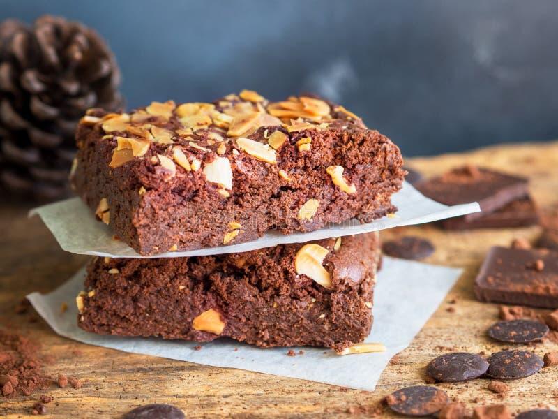 Κάλυμμα κέικ σοκολάτας φοντάν brownies σκοτεινό με τη φέτα αμυγδάλων στοκ εικόνες