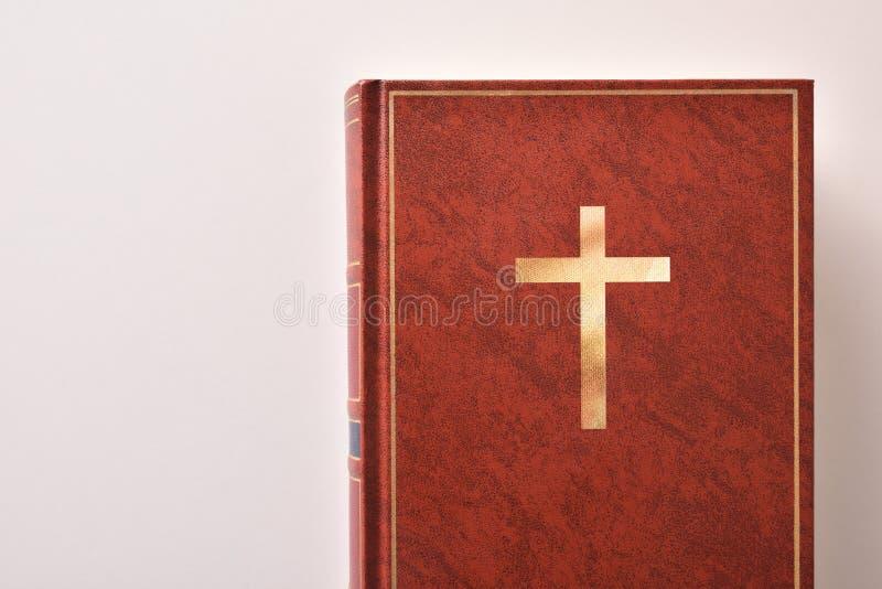 Κάλυψη μιας Βίβλου σε έναν άσπρο πίνακα στοκ εικόνα με δικαίωμα ελεύθερης χρήσης