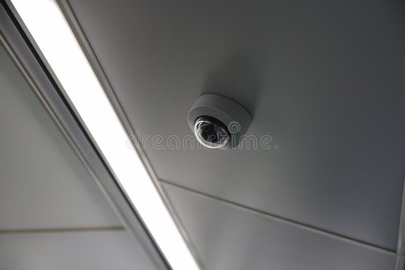 Κάμερα ασφαλείας ή κάμερα CCTV στο ανώτατο όριο στοκ φωτογραφία με δικαίωμα ελεύθερης χρήσης