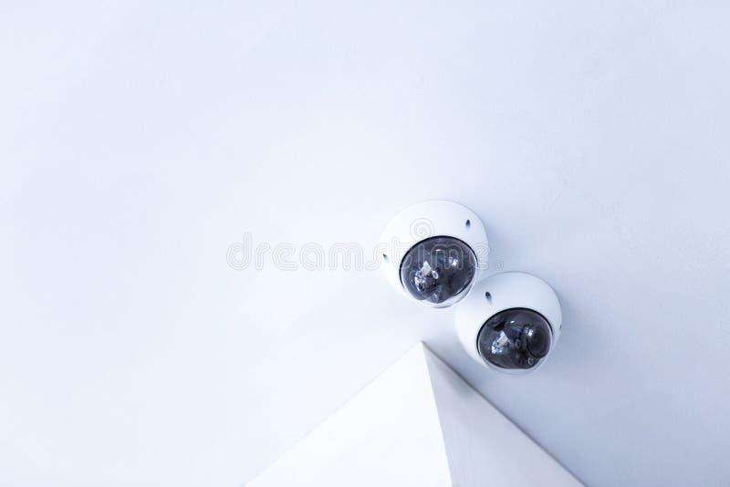 Κάμερα ασφαλείας CCTV που εγκαθίστανται στο άσπρο ανώτατο όριο στοκ εικόνες