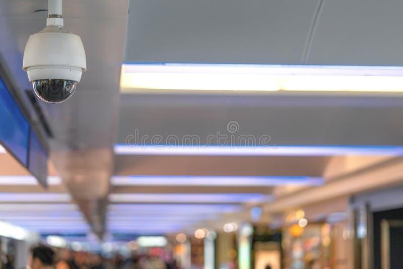 Κάμερα ασφαλείας CCTV στο ανώτατο όριο που λειτουργεί μέσα στα χτίζοντας FO στοκ εικόνα