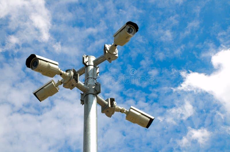 Κάμερα ασφαλείας με το μπλε ουρανό στοκ εικόνες