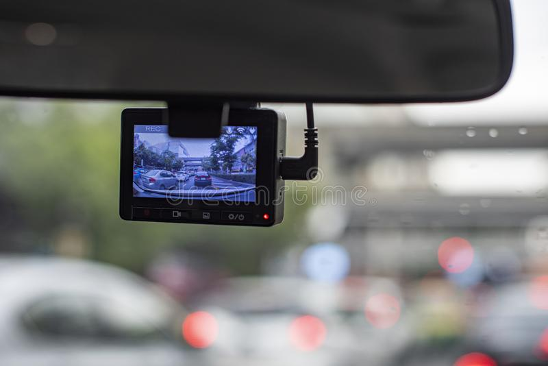 Κάμερα αυτοκινήτων που καταγράφει μια κυκλοφοριακή συμφόρηση μπροστά από ένα αυτοκίνητο ως κανονική περίπτωση σε μια μεγάλη πόλη  στοκ εικόνες