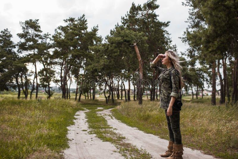 Κάμερα γυναικών φωτογράφων που κοιτάζει επίμονα μακρυά την έννοια στοκ φωτογραφίες