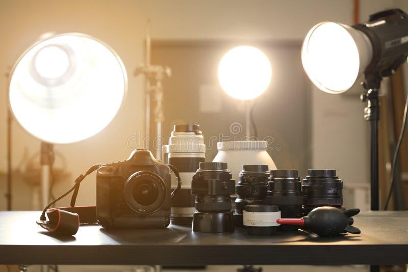 Κάμερα και φακός στο στούντιο φωτογραφιών στοκ εικόνες