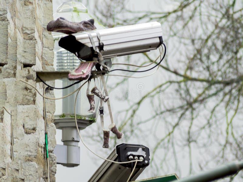 Κάμερα παρακολούθησης σε έναν τοίχο στοκ φωτογραφία