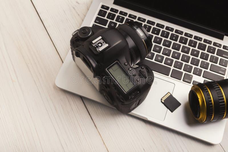 Κάμερα, φακός και κάρτα μνήμης φωτογραφιών στον υπολογιστή στοκ εικόνες με δικαίωμα ελεύθερης χρήσης