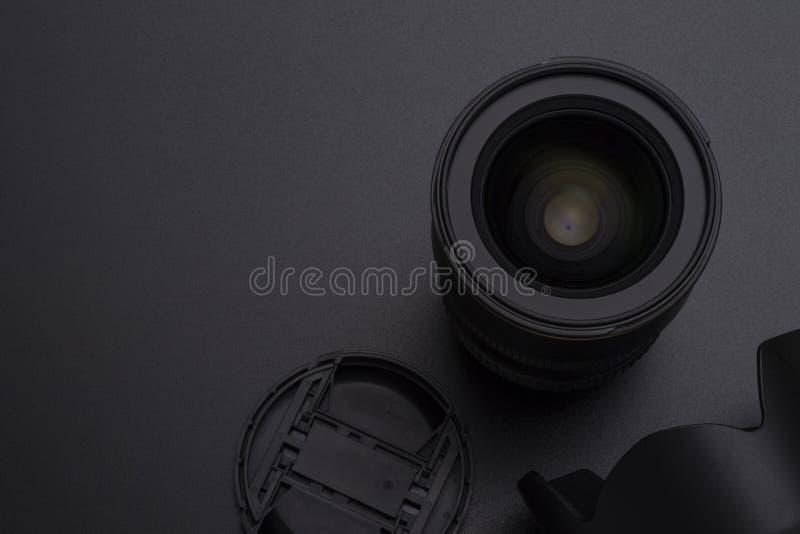 Κάμερα φωτογραφιών DSLR ή τηλεοπτικός φακός, κουκούλα και μπροστινή εικόνα κινηματογραφήσεων σε πρώτο πλάνο ΚΑΠ στοκ φωτογραφία με δικαίωμα ελεύθερης χρήσης
