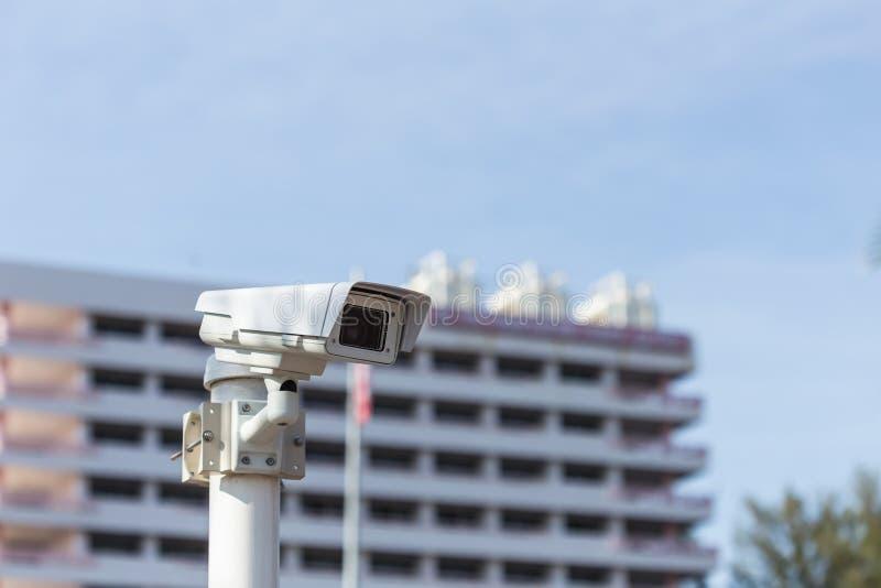 Κάμερα CCTV ασφάλειας που λειτουργεί μπροστά από την οικοδόμηση στοκ εικόνα