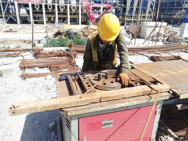 Κάμπτοντας rebars εργαζομένων στοκ φωτογραφία με δικαίωμα ελεύθερης χρήσης